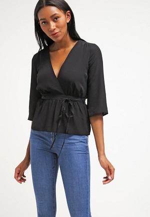 Bluse i sort med mavebælte