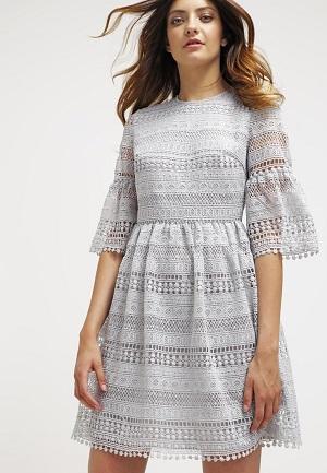 Lysegrå strikket kjole