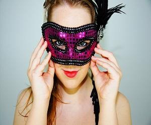 billede-af-kvinde-med-maske-til-mode