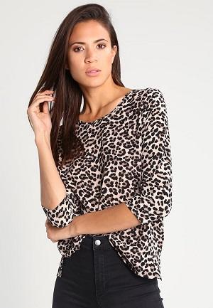dyreprint-paa-fed-bluse-til-kvinder